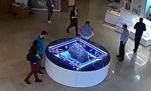 [Video] Phát hoảng vì hộp trưng bày thiên thạch đột ngột tự mở nắp