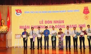 """Lãnh đạo Vietcombank nhận Kỷ niệm chương """"Vì thế hệ trẻ"""""""