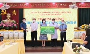 Vietcombank tặng xe cứu thương cho quận Hoàn Kiếm phục vụ công tác phòng chống dịch