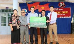 Vietcombank Đắk Lắk tặng 50 xe đạp cho học sinh nghèo