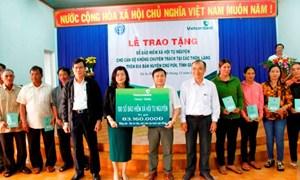 Vietcombank Gia Lai tặng sổ BHXH cho cán bộ không chuyên trách thôn, làng