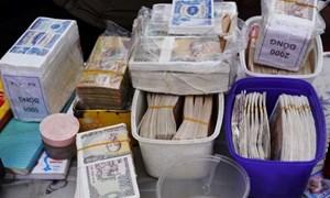 Tiền cũ nộp về ngân hàng phải được phun thuốc khử khuẩn phòng dịch