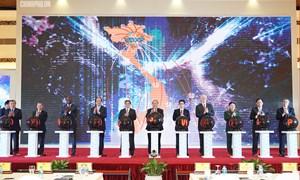 Thủ tướng Chính phủ Nguyễn Xuân Phúc bấm nút khai trương Trục liên thông văn bản quốc gia