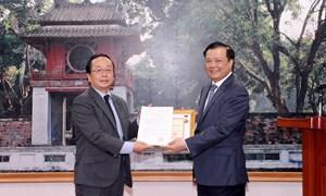"""Trao tặng Kỷ niệm chương """"Vì sự nghiệp Tài chính Việt Nam"""" cho Trưởng Đại diện JICA tại Việt Nam"""