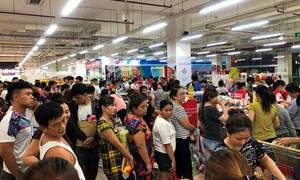 Người dân đổ xô gom hàng siêu thị Auchan