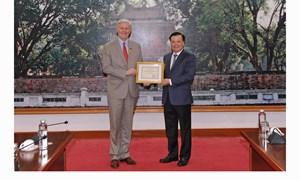 Bộ trưởng Đinh Tiến Dũng trao tặng Kỷ niệm chương ngành Tài chính cho Giám đốc ADB tại Việt Nam