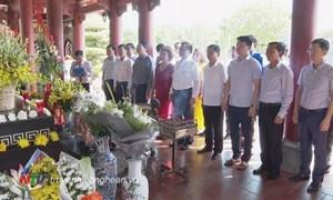 Bộ trưởng Đinh Tiến Dũng dâng hoa tưởng niệm Chủ tịch Hồ Chí Minh