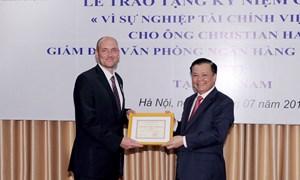 """Bộ trưởng Đinh Tiến Dũng trao tặng Kỷ niệm chương """"Vì sự nghiệp Tài chính"""" cho Giám đốc KfW tại Việt Nam"""