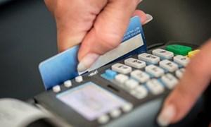 Bùng nổ quẹt thẻ khống, rút tiền thật