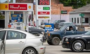 Giá dầu thô tiếp tục tăng, nhiều khu vực tại Hoa Kỳ thiếu hụt nhiên liệu