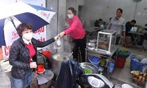 Hà Nội quy định người bán thức ăn đường phố phải đeo khẩu trang