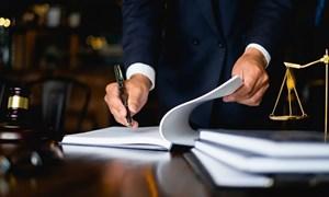 Điều khoản hợp đồng bảo hiểm không rõ ràng, phải ưu tiên bên yếu thế