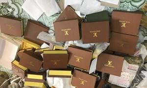 """Đột kích """"thủ phủ"""" bán buôn túi, ví giả mạo thương hiệu nổi tiếng"""
