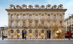 Những 'cuộc săn mồi' của ông chủ Louis Vuitton