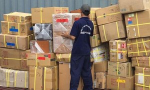 Phát hiện nhiều hàng lậu trong 2 container tại cảng Cát Lái