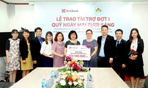 """SeABank trao tiền ủng hộ cho Quỹ """"Ngày mai tươi sáng"""""""