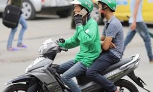 Xử lý nghiêm tình trạng sử dụng điện thoại di động khi điều khiển mô tô, xe máy