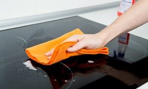 5 cách lau chùi khiến mặt bếp từ không sạch hơn mà còn chóng hỏng