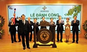 Phó Thủ tướng Vũ Văn Ninh đánh cồng phiên giao dịch đầu Xuân Quý Tỵ 2013 tại Sở Giao dịch Chứng khoán Hà Nội