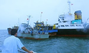 Khen đột xuất các cá nhân trong vụ phá đường dây buôn lậu xăng dầu