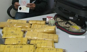 Hải quan sân bay Tân Sơn Nhất bắt đối tượng vận chuyển hơn 3kg chế phẩm heroin