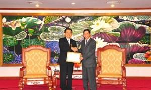 """Trao tặng Kỷ niệm chương """"Vì sự nghiệp tài chính Việt Nam"""" cho Trưởng đại diện JICA Motonori Tsuno"""