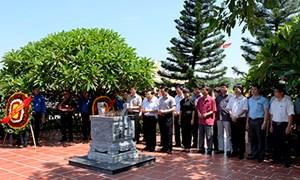 Thứ trưởng Trần Văn Hiếu viếng Liệt sỹ Phạm Văn Khang và đồng đội tại Tuyên Quang