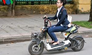 Mức phạt mới cho người đi xe máy đeo tai nghe
