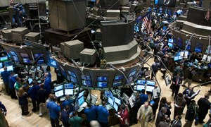 Dow Jones chạm kỷ lục mới