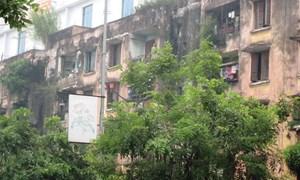 Dân nơm nớp sống dưới chung cư sắp sập