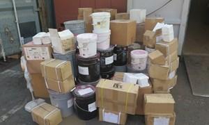 Hàng trăm thùng dung môi, nguyên liệu màu NK không nhãn mác