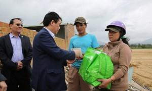 Phó Thủ tướng Vương Đình Huệ chia sẻ khó khăn với bà con vùng lũ Bình Định