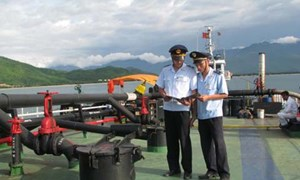 Hải quan Quảng Ninh bắt giữ tàu vận chuyển lậu gần 600 tấn bã xít thải