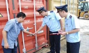 Bộ trưởng Vương Đình Huệ khen thưởng thành tích đột xuất cán bộ hải quan