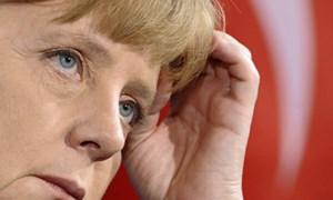 Merkel giữa nhiều làn đạn