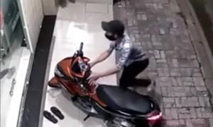 """Video: Trộm lì lợm """"cuỗm"""" xe máy dù chuông báo động kêu"""