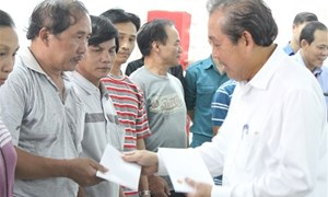 Phó Thủ tướng Trương Hòa Bình thăm hỏi, tặng quà các hộ dân vụ hỏa hoạn Khánh Hòa