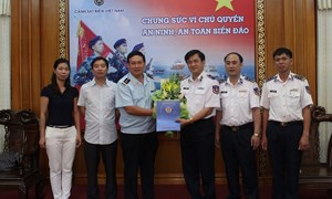Tổng cục Hải quan tặng quà cho lực lượng Cảnh sát biển Việt Nam