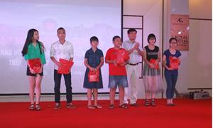 Cục Hải quan Quảng Ninh gặp mặt, trao quà cho các cháu học sinh có thành tích xuất sắc.