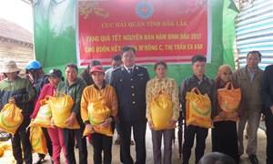 Hải quan Đắk Lắk trao quà Tết cho đồng bào buôn kết nghĩa