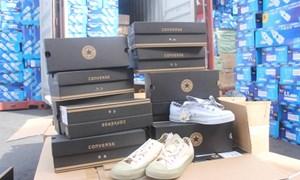 Đã giám định 4/10 container giày nhái nhãn hiệu Converse ở Hải Phòng