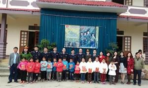 Hải quan Nghệ An: Mang quà tết đến học sinh và hộ nghèo