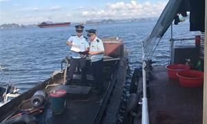 Bắt giữ 3.600 lít dầu Diezen không rõ nguồn gốc trên vùng biển Cẩm Phả