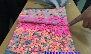 Cận cảnh thủ đoạn cất giấu gần 6 kg thuốc lắc trong kiện quà biếu