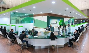 """Vietcombank: Từ """"Người thong dong biết chạy"""" đến """"Nhà băng gánh đều hai vai"""""""