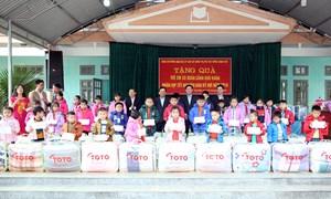Phó Thủ tướng Vương Đình Huệ tặng quà người có hoàn cảnh khó khăn tỉnh Hòa Bình