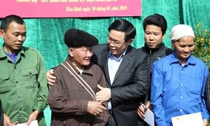 Phó Thủ tướng Vương Đình Huệ thăm và tặng quà người có hoàn cảnh khó khăn tỉnh Hòa Bình