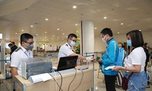 Giám sát hải quan với hành lý của khách nhập cảnh từ vùng dịch