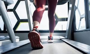 Chạy bộ trên máy và chạy ngoài trời, phương pháp nào mới tốt?
