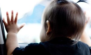 Kỹ năng thoát hiểm cho bé khi bị bỏ quên trên xe ô tô
